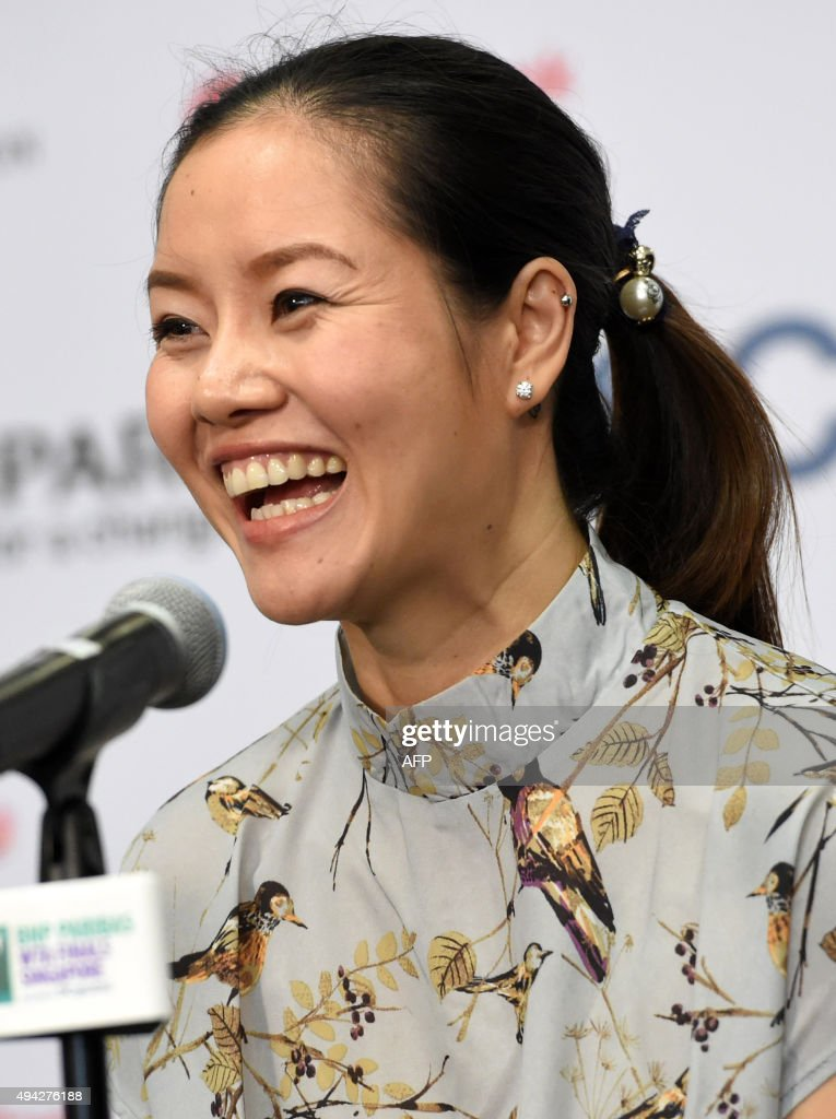 Retired tennis player Li Na of China smiles as she attends a press conference on the sidelines of the WTA Finals tennis tournament in Singapore on October 26, 2015. A / AFP / ROSLAN RAHMAN