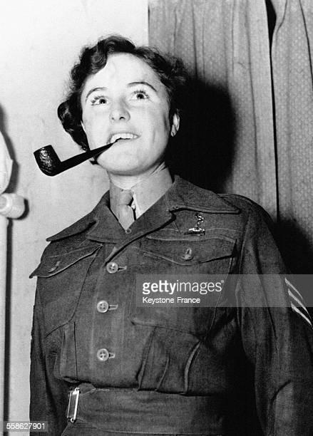 Retour du sergent Kathie Sutton une pipe à la bouche à Liverpool RoyaumeUni le 13 mars 1952
