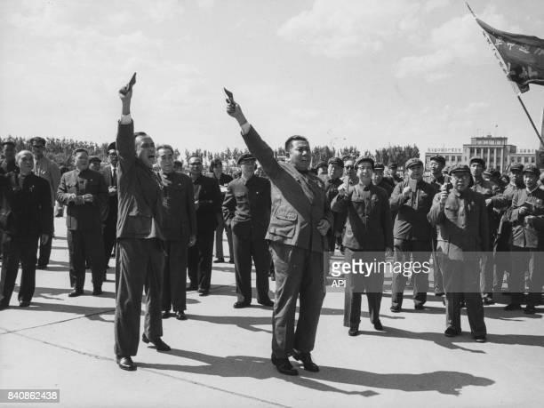 Retour à Pékin des deux diplomates expulsés d'Indonésie qui brandissent le Petit livre rouge en présence de Zhou Enlai et d'autres dignitaires le 1er...