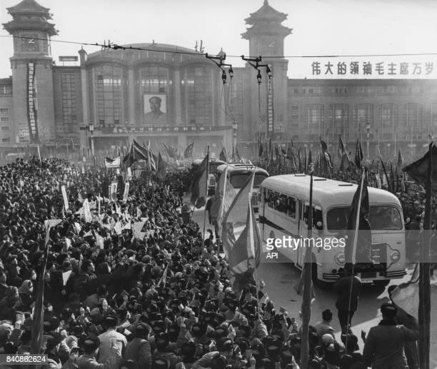 Retour triomphal des étudiants chinois à Pékin après leur tournée européenne le 4 février 1967 Chine