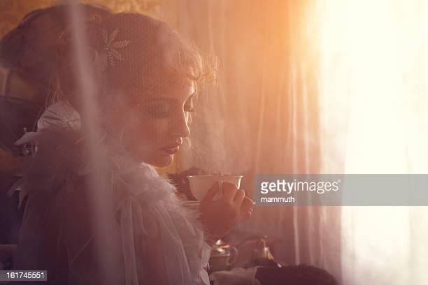 retro Schönheit, trinkt Kaffee am Morgen