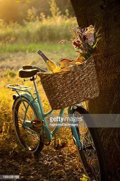 Vélo rétro avec vin dans un panier pique-nique XXXL