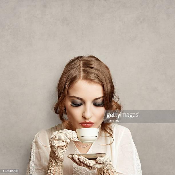 Fille rétro café