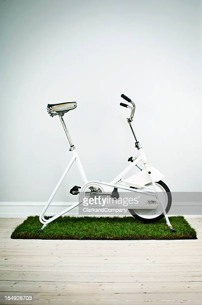 Retrò, cyclette su un tappeto in erba sfondo neutro