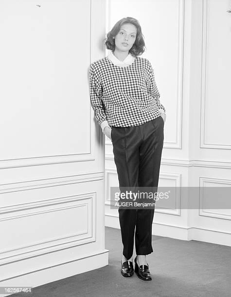 Retro' Fashion Presented By Men And Women Models In Situation Paris 31 Mai 1996 Reportage sur la mode 'rétro' une jeune femme mannequin pose près...