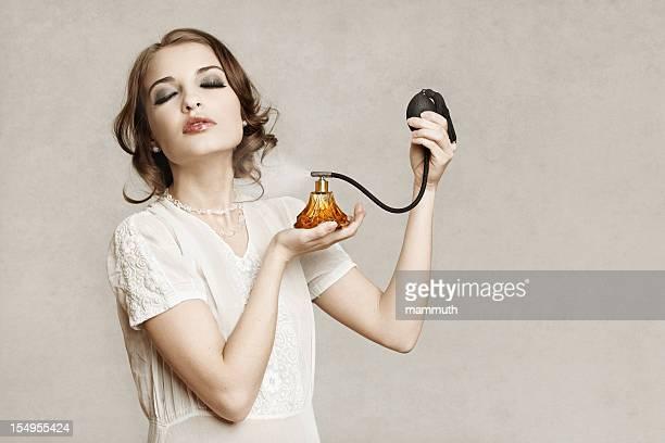 Rétro fille appliquant parfum