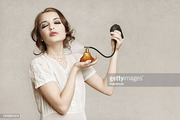 Retro Menina aplicando perfume
