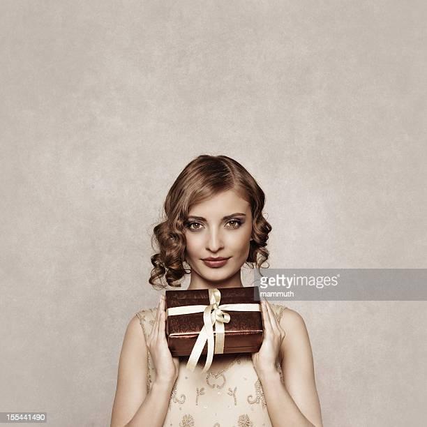 レトロなクリスマスのギフトを持つ女性