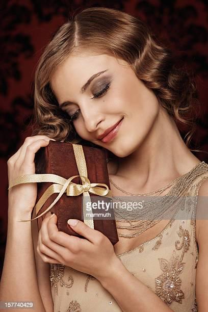 Rétro fille tenant un cadeau de Noël