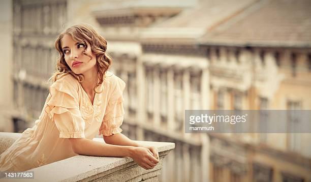 retro Mädchen auf dem Balkon