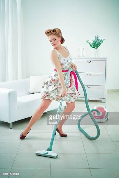 Femme rétro vacuuming un étage