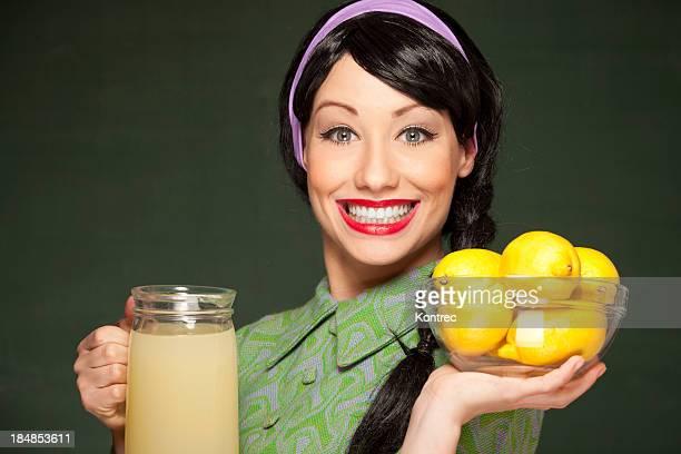 Retro Hausfrau mit frisch zubereiteten Limonade