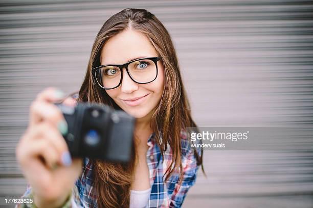 Retro Bild von Hipster nehmen Foto mit Kamera