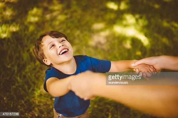 Retro imagem de rir Menino brincando com a mãe ao ar livre
