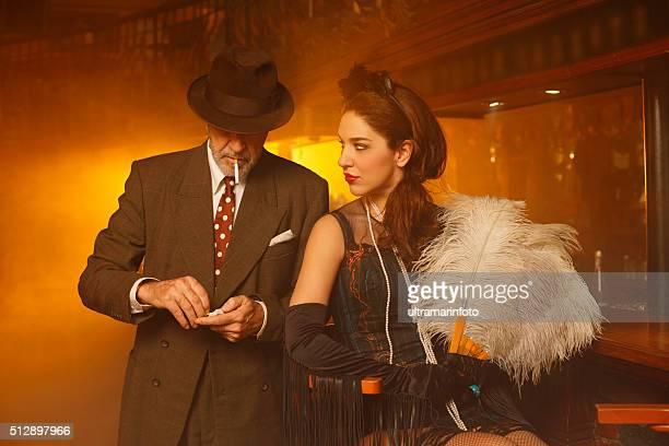 Rétro ancienne Senior homme et jeune femme dans un pub