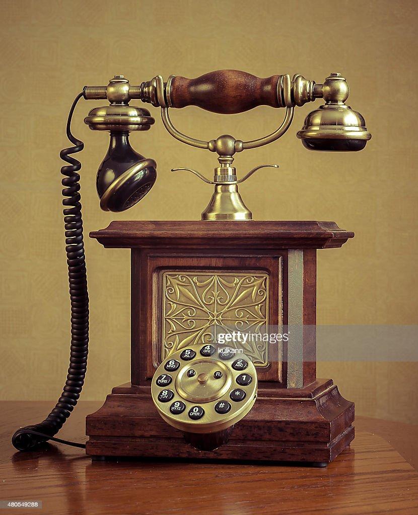 Retro telefone na mesa de madeira : Foto de stock