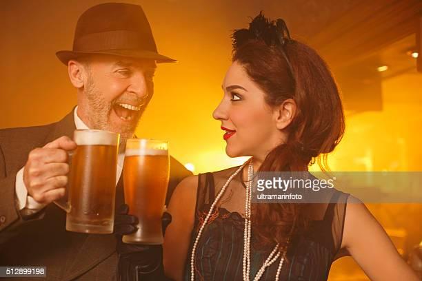 pub rétro vieux Senior homme et jeune femme de boire de la bière