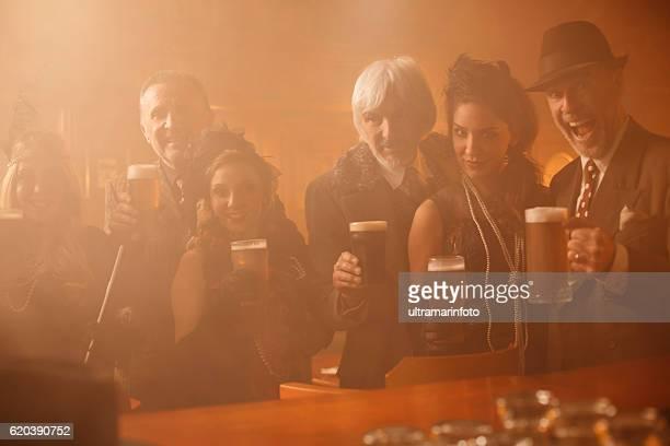 Retro-pub im Altmodisch Älterer Mann und Junge Frau trinken Bier