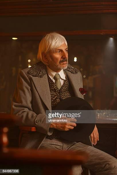 Ancienne romantique rétro homme Senior dans la pub