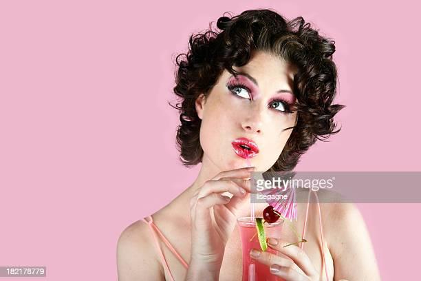 style rétro Femme buvant un cocktail