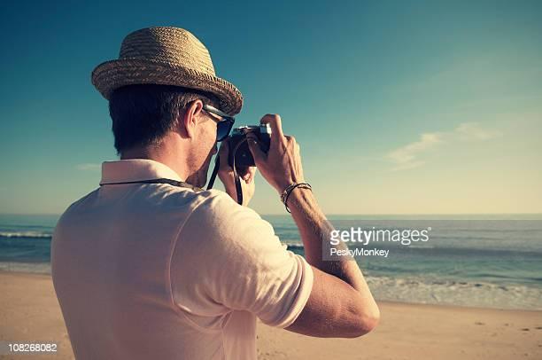 Retro turista tomando fotos con la vieja cámara antigua
