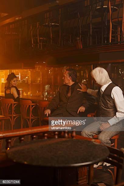 Rétro deux vieux façonné Senior homme et femme dans un pub