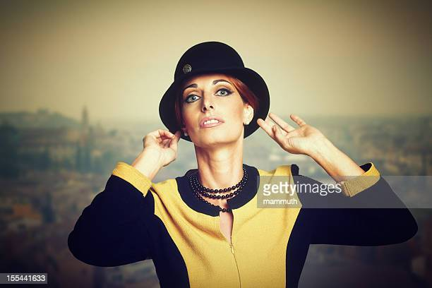 Rétro femme ajuster son chapeau