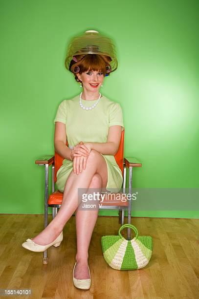 Rétro femme au salon de coiffure