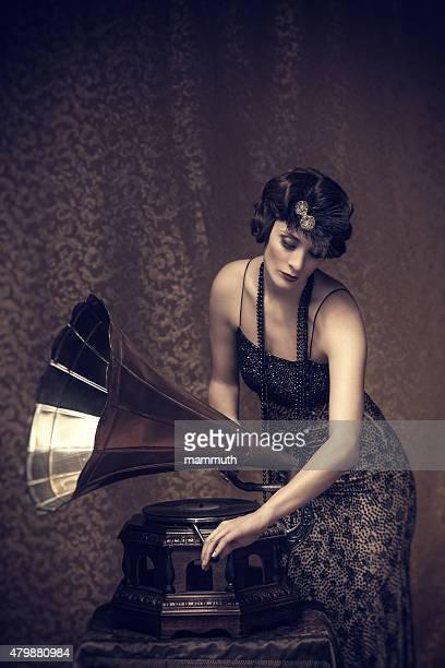 Femme rétro liquidation de gramophone