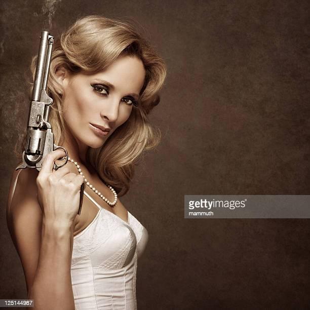 Rétro femme avec Pistolet FUMEUR