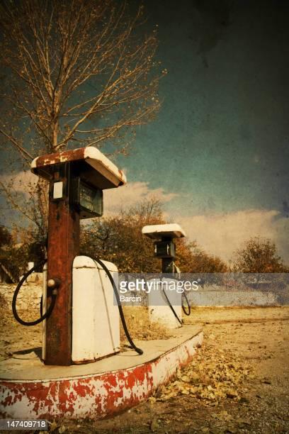 photo de style rétro de pompes de la station-service abandonné