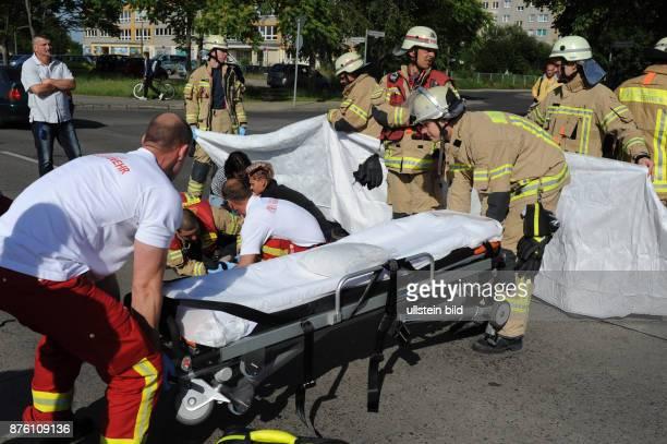 Rettungskräfte der Berliner Feuerwehr im Einsatz bei einem Verkehrsunfall mit Personenschaden in BerlinMarzahn