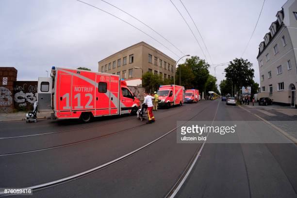 Rettungswagen der Berliner Feuerwehr im Einsatz nach einem Verkehrsunfall mit einem weiten Rettungswagen der Feuerwehr in BerlinHohenschönhausen