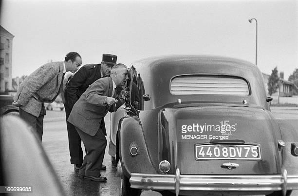 Return Of De Gaulle En France le 29 mai 1958 à l'occasion du retour du général Charles DE GAULLE au pouvoir Des inspecteurs de police discutant avec...