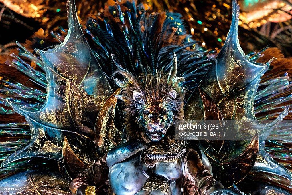 Revelers of Estacio de Sa samba school perform during the carnival parade at Sambadrome in Rio de Janeiro, Brazil on February 7, 2016. AFP PHOTO / YASUYOSHI CHIBA / AFP / YASUYOSHI CHIBA