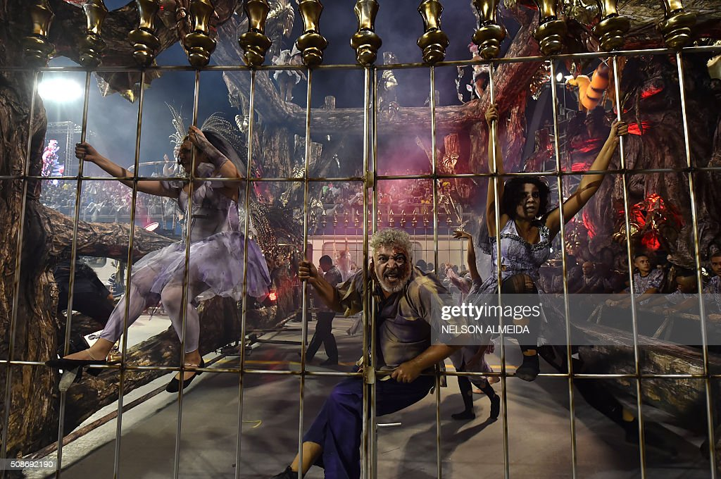 Revelers of the Rosas de Ouro samba school perform during the first night of the carnival parade at the Sambadrome in Sao Paulo, Brazil, on February 6, 2016. AFP PHOTO/NELSON ALMEIDA / AFP / NELSON ALMEIDA