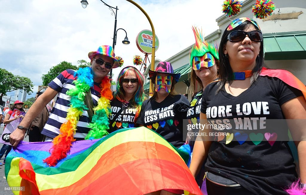 Revelers take part in the Gay Pride Parade in San Jose on June 26, 2016. / AFP / Ezequiel Becerra