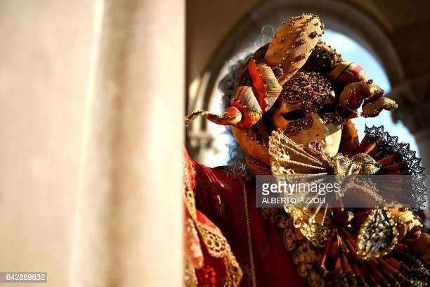 A reveller dressed in masks and period costumes take part at the Venice Carnival on February 19 2017 in Venice / AFP / Alberto PIZZOLI