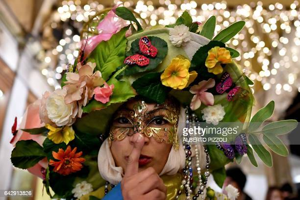 A reveller dressed in masks and period costumes takes part at the Venice Carnival on February 19 2017 in Venice / AFP / Alberto PIZZOLI