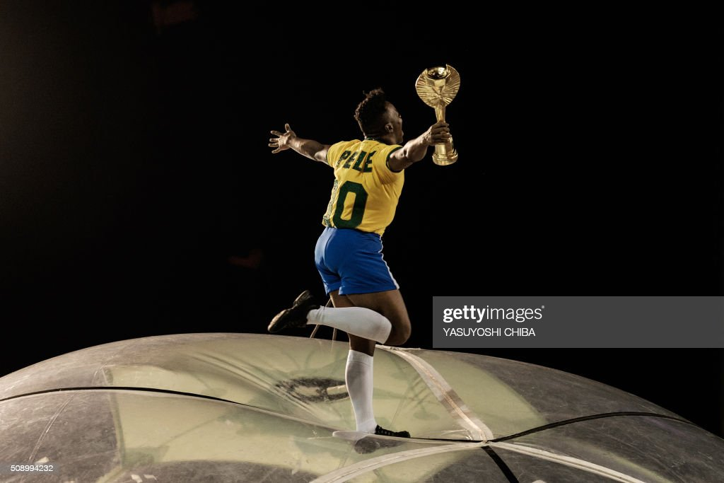 A reveler of the Grande Rio samba school performs disguised as the ex football player Pele during the first night of the carnival parade at Sambadrome in Rio de Janeiro, Brazil on February 8, 2015. AFP PHOTO / YASUYOSHI CHIBA / AFP / YASUYOSHI CHIBA