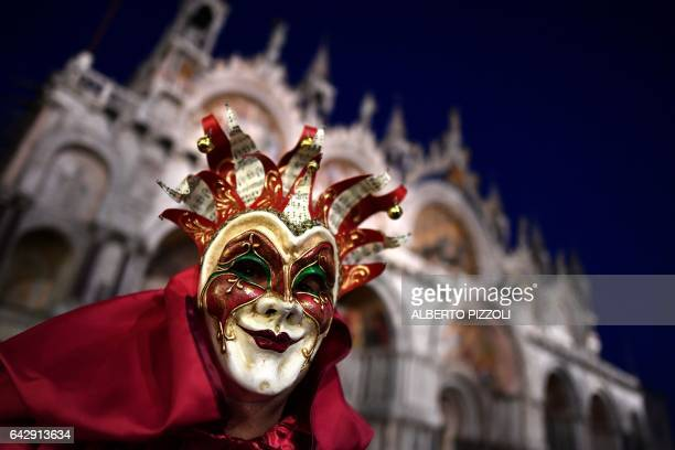 Revellers dressed in masks and period costumes take part at the Venice Carnival on February 19 2017 in Venice / AFP / Alberto PIZZOLI