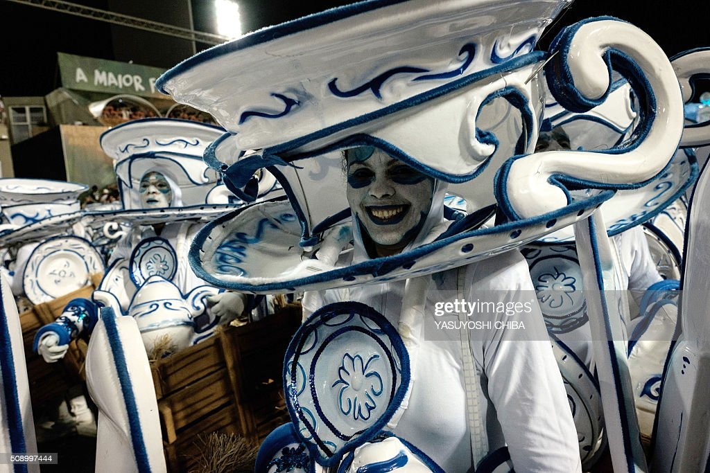 Revellers of Grande Rio samba school perform during the first night of the carnival parade at Sambadrome in Rio de Janeiro, Brazil on February 8, 2015. AFP PHOTO / YASUYOSHI CHIBA / AFP / YASUYOSHI CHIBA