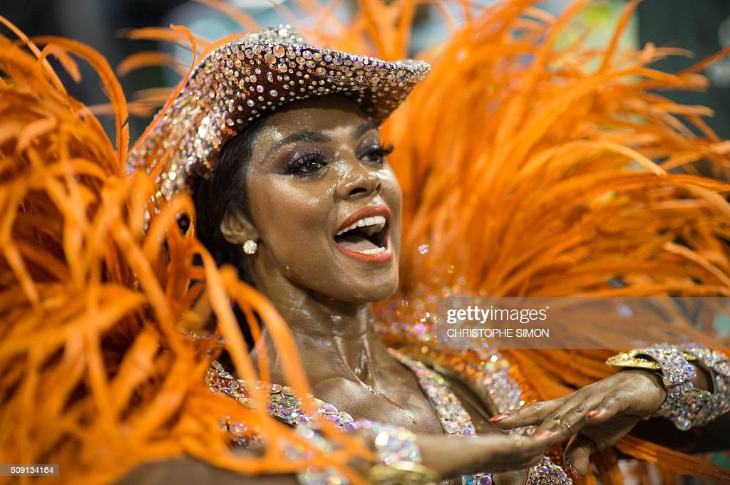Revellers of Imperatriz samba school perform during the second night of the carnival parade at the Sambadrome in Rio de Janeiro, Brazil, on february 09, 2016. AFP PHOTO / CHRISTOPHE SIMON / AFP / CHRISTOPHE SIMON