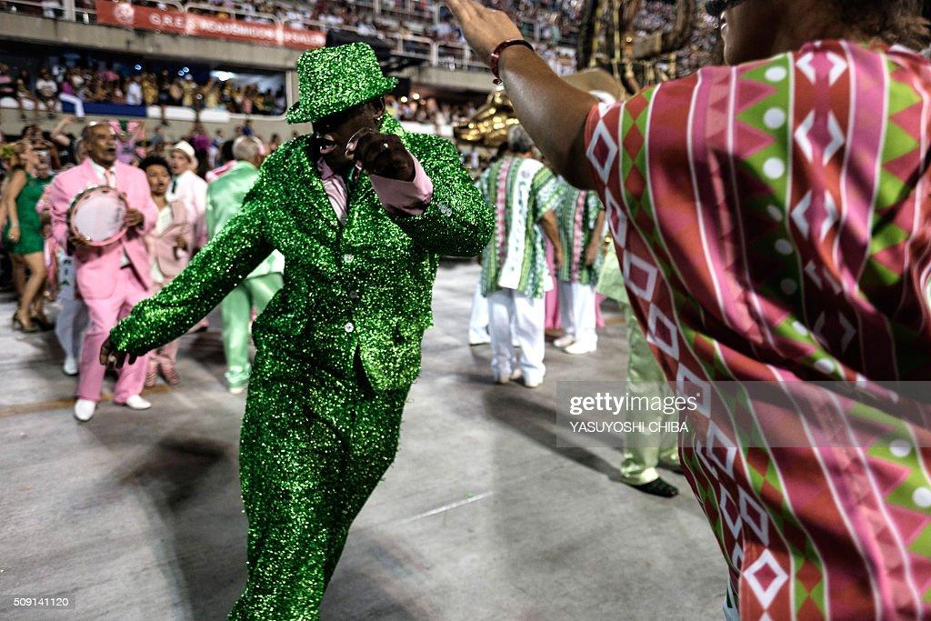 Revellers of Mangueira samba school perform during the second night of the carnival parade at Sambadrome in Rio de Janeiro, Brazil, on February 9, 2016. AFP PHOTO / YASUYOSHI CHIBA / AFP / YASUYOSHI CHIBA