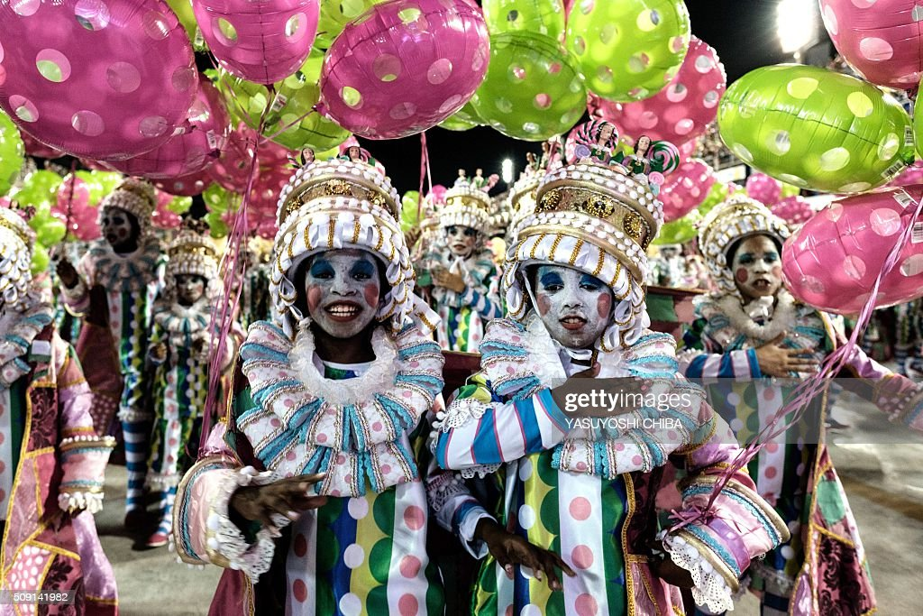 Revellers of Mangueira samba school perform during the second night of the carnival parade at Sambadrome in Rio de Janeiro, Brazil, on February 9, 2016. AFP PHOTO / YASUYOSHI CHIBA / AFP / YASUYOSHI CHIBA