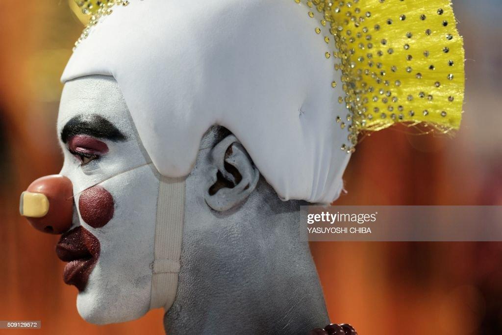 Revellers of Sao Clemente samba school perform during the second night of the carnival parade at Sambadrome in Rio de Janeiro, Brazil, on February 9, 2016. AFP PHOTO / YASUYOSHI CHIBA / AFP / YASUYOSHI CHIBA
