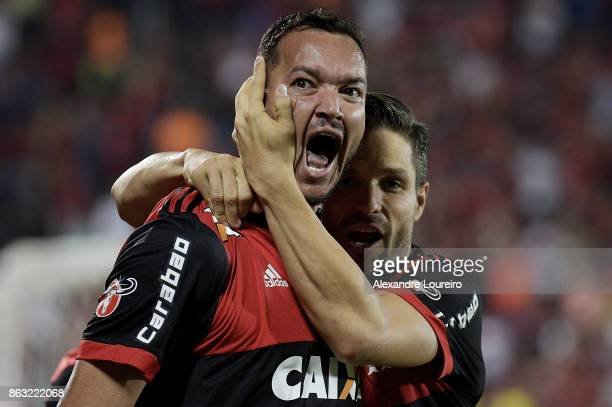 Rever of Flamengo celebrates a scored goal with Diego during the match between Flamengo and Bahia as part of Brasileirao Series A 2017 at Ilha do...