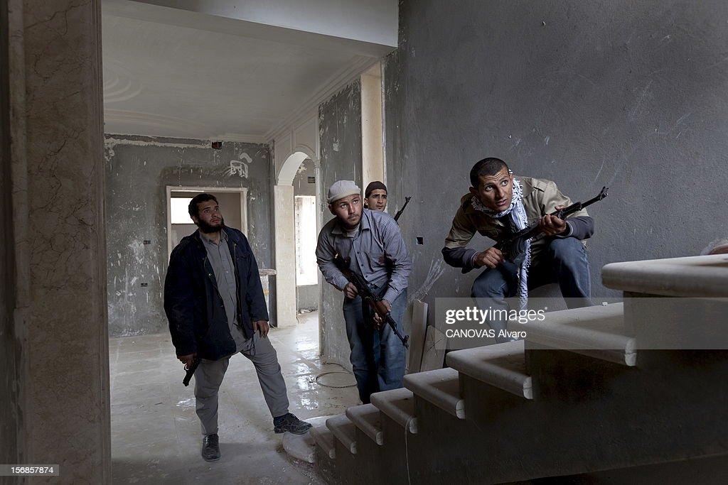 The Battle Of Misrata. Misrata - Dimanche 17 avril --- Un petit groupe d'insurgés investit un immeuble en construction pour mettre en position de tir un lance-roquettes. Le grand nombre d'ouvertures rend l'opération très risquée.
