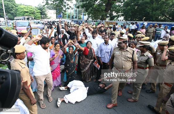 Aiadmk workers reaction pictures getty images Jayalalitha house poes garden photos