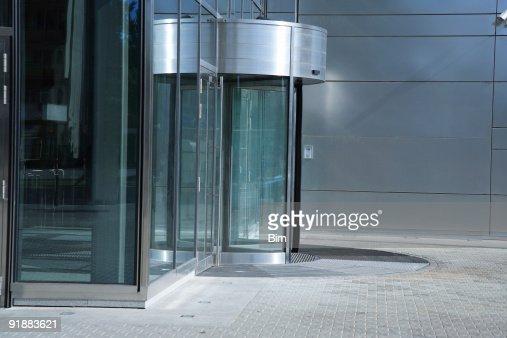 回転ドアの入口に現代的なオフィスビル